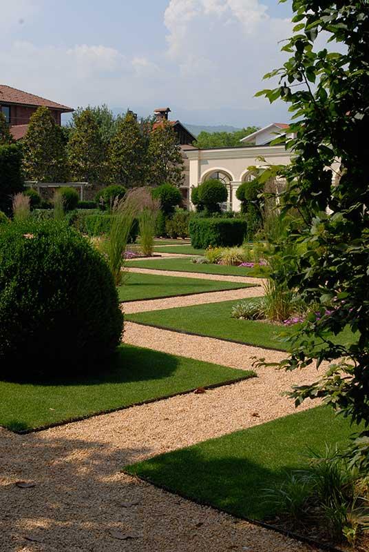 giardino realizzato da paradello con prato a rotoli